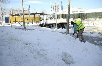 /media/noticias/fotos/pr/2021/01/14/el-ayuntamiento-esta-retirando-la-nieve-en-los-centros-escolares-para-facilitar-la-vuelta-las-clases-el-proximo-lunes_thumb.jpg
